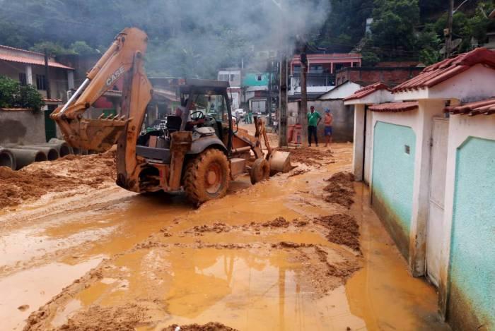 Duque de Caxias realiza ação de limpeza em bairros afetados pela chuva
