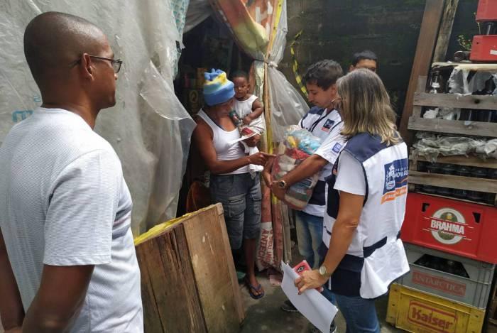 Servidores e voluntários entregam cestas básicas às vítimas