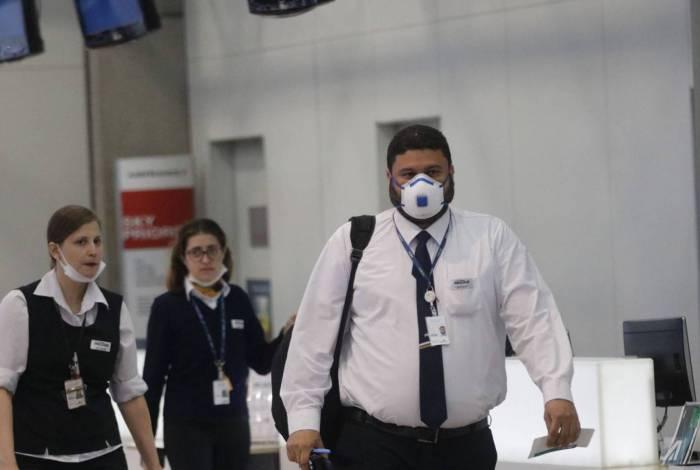 Passageiros e funcionários circulam vestindo máscaras contra o novo coronavírus (Covid-19) no Aeroporto Internacional Tom Jobim - Rio Galeão