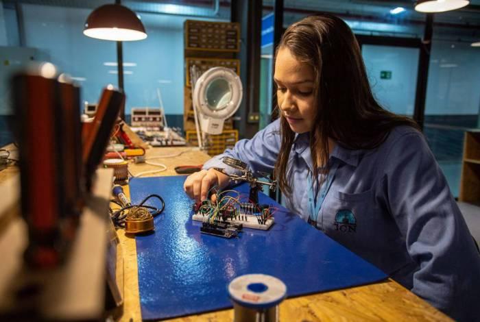 Os laboratórios com equipamentos de última geração focam na construção de conhecimentos por meio de projetos, desenvolvimento da criatividade e estímulo à inovação, visando soluções viáveis para desafios reais