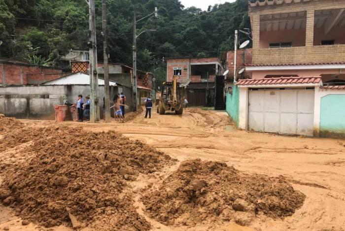 Deslizamento deixa pelo menos treze famílias desalojadas no bairro Vila Canaã, em Duque de Caxias, na Baixada Fluminense