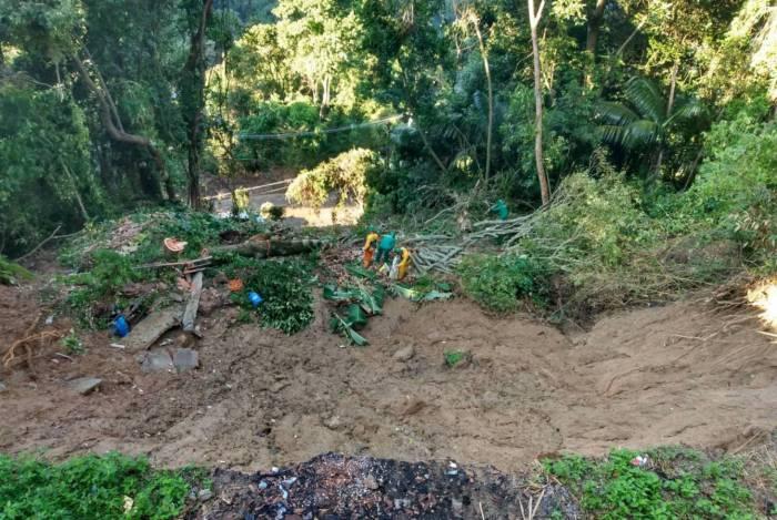 Barreira na Estrada das Furnas caiu na chuva do ano passado e nada até agora foi feito