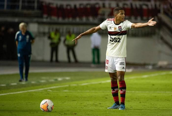 João Lucas em ação contra o Junior Barranquilla