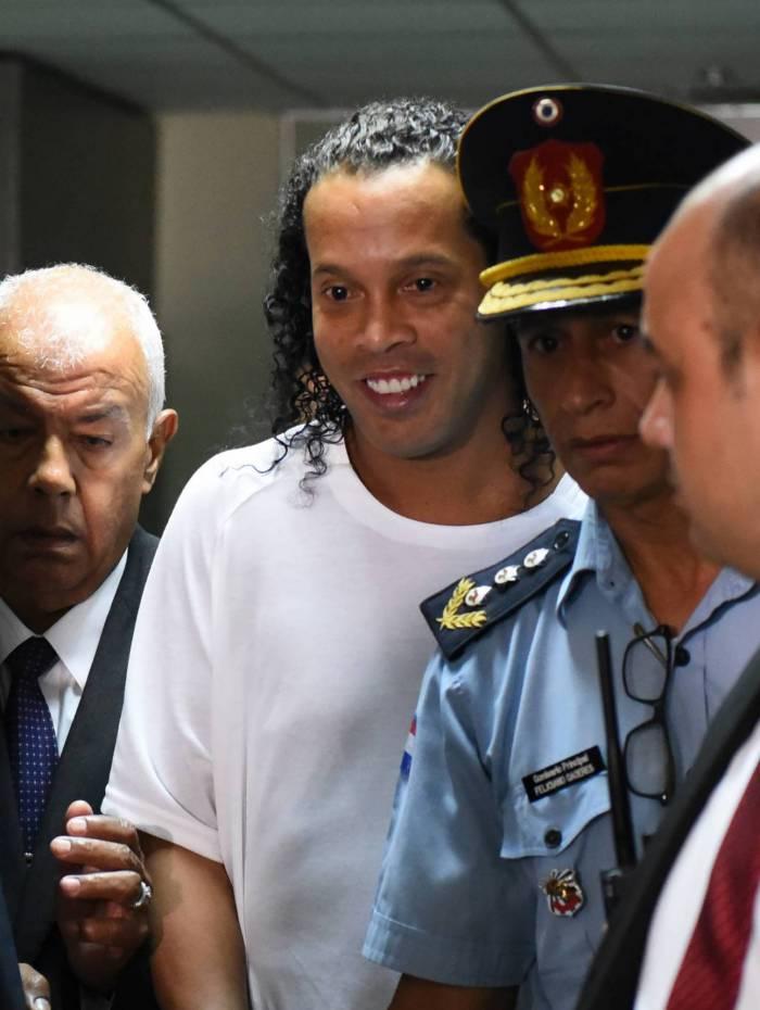 Ronaldinho deixa o Palácio de Justiça após cinco horas de depoimento
