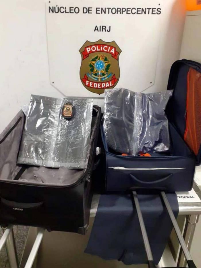 Droga estava escondida em fundos falsos de duas malas