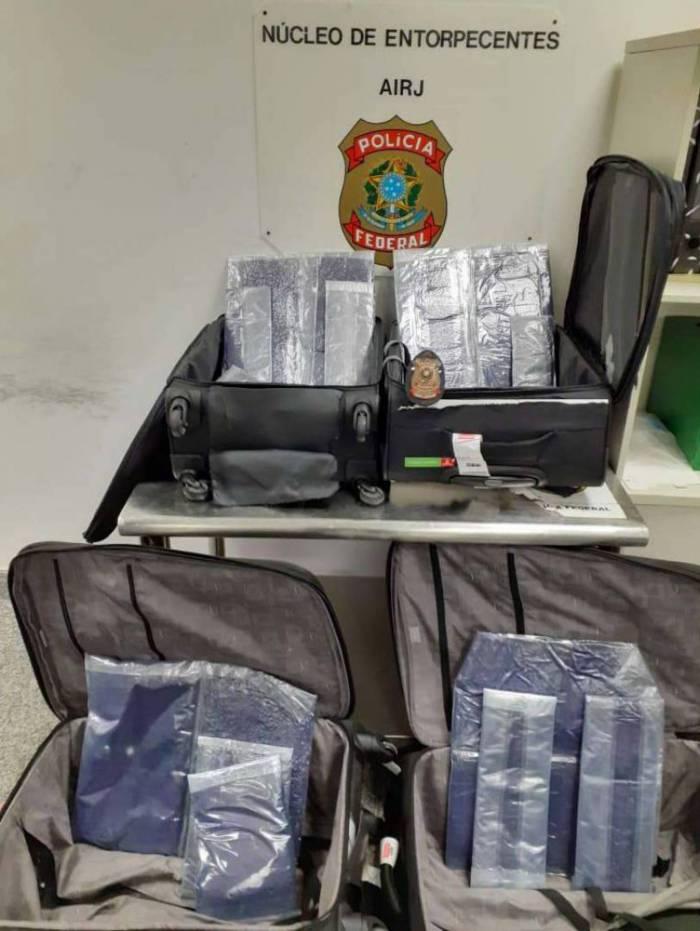 Droga estava escondida em fundos falsos de quatro malas