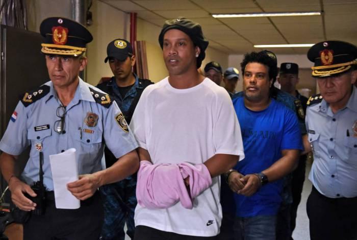 Algemados, Ronaldinho e Assis chegam para audiência no Paraguai