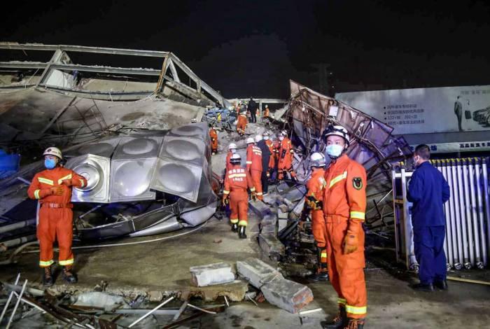 Equipes resgatam vítimas em hotel com pessoas em quarentena