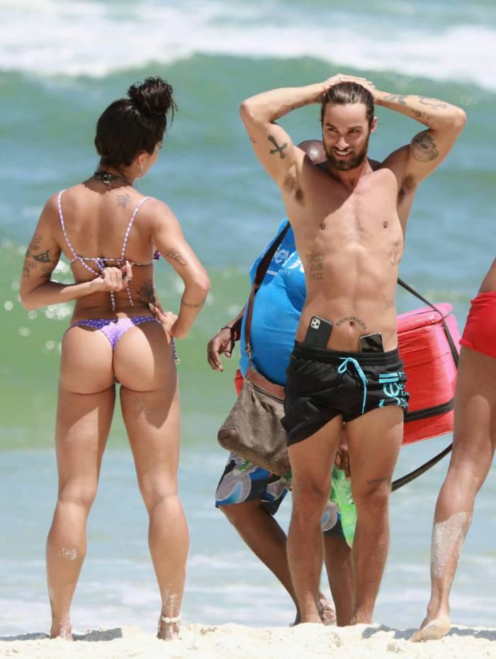 Aline Riscado faz yoga com amigas na Praia da Barra da Tijuca, na Zona Oeste do Rio, nesta segunda-feira