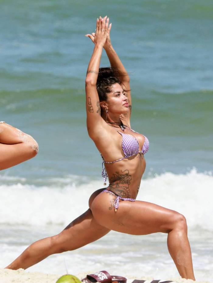 Aline Riscado faz yoga na Praia da Barra da Tijuca, na Zona Oeste do Rio, nesta segunda-feira
