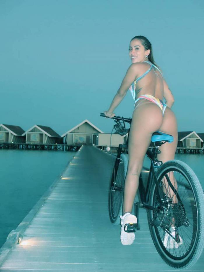 Anitta anda de bicicleta nas Ilhas Maldivas
