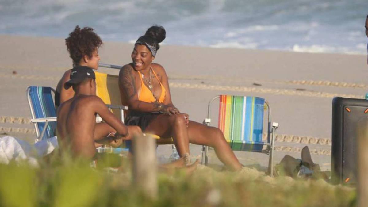 Ludmilla na Praia da Reserva com amigos