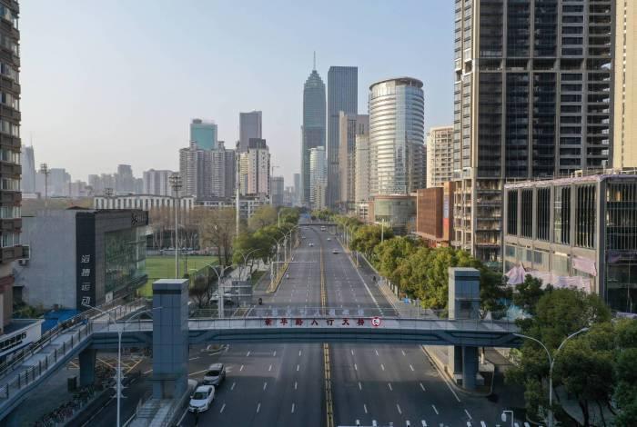 Esta foto aérea tirada em 10 de março de 2020 mostra uma rua quase vazia em Wuhan, na província central de Hubei, na China