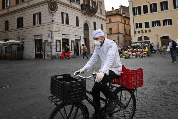 Ruas em Roma estão vazias até de turistas. Quem precisa se locomover, usa máscaras e luvas