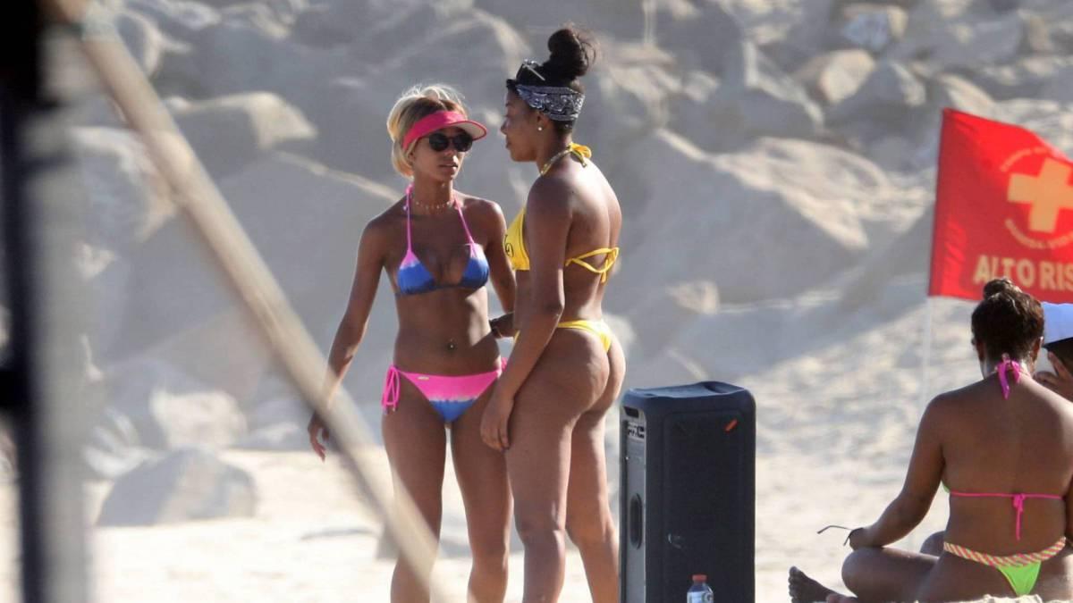 Ludmilla troca beijos e carinhos com a namorada, Brunna Gonçalves, na Praia da Barra da Tijuca, na Zona Oeste do Rio, na tarde desta terça-feira