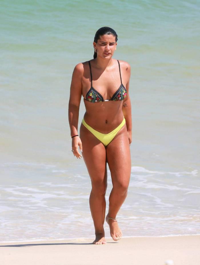Giulia Costa quase mostra demais em dia de praia