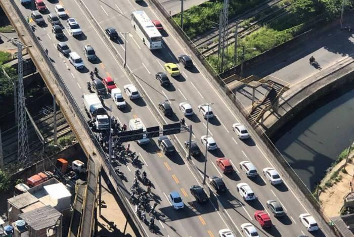 Acidente entre caminhão e moto deixou um morto na Linha Amarela, na altura de Bonsucesso, e congestionou o trânsito