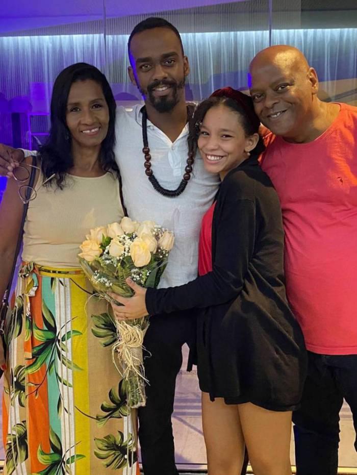 Raphael Logam, o Felipe de 'Amor de Mãe', da Globo, com a filha e os pais