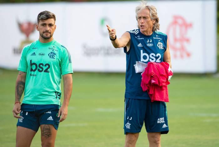 Ao lado de Arrascaeta, Jorge Jesus dá instrução em treino: cinco títulos em sete disputados pelo Flamengo