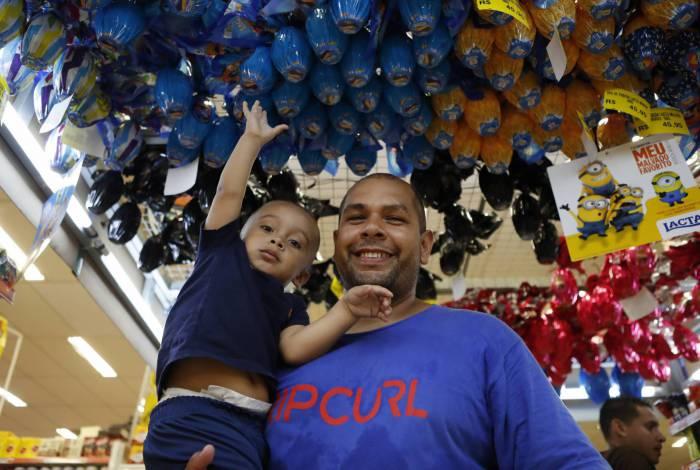 O auxiliar de Almoxarifado Dionatan Freire pretende montar saquinhos de chocolate para os sobrinhos e o filho Bernardo, de dois anos