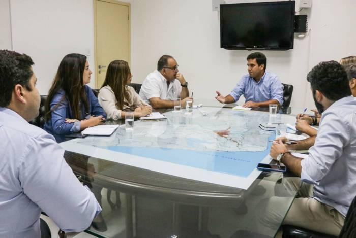 O prefeito de Campos, Rafael Diniz (ao fundo), reunido com o gabinete de crise criado para o combate ao coronavírus