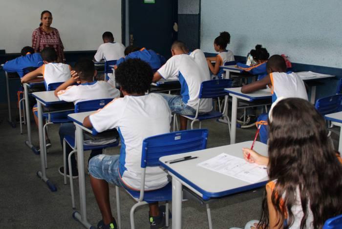Sem previsão de retorno às salas de aulas alunos estudarão em casa