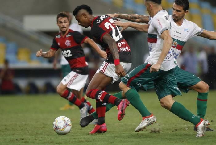 Bruno Henrique tenta a jogada diante de zagueiros da Portuguesa: luta até o fim