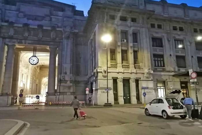 Movimentação nas ruas e na Estação Central de Milão, na Itália