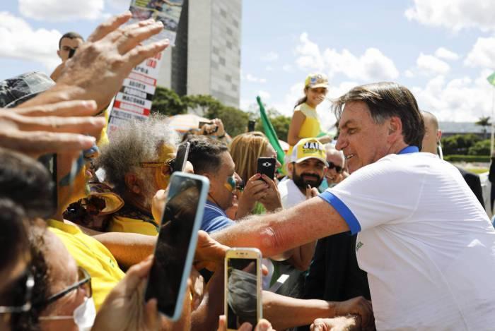 Orientado a ficar em isolamento, Bolsonaro cumprimenta apoiadores em Brasília
