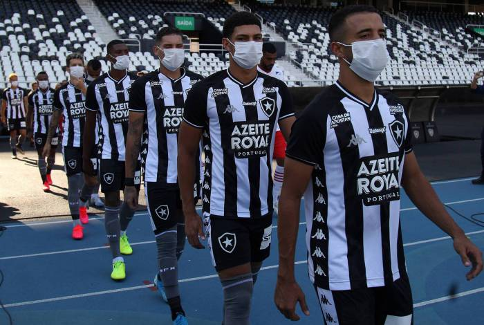 Jogadores do Botafogo entram no Nilton Santos usando máscaras no último domingo
