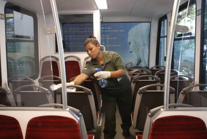 Funcionária faz higienização do trem do Corcovado