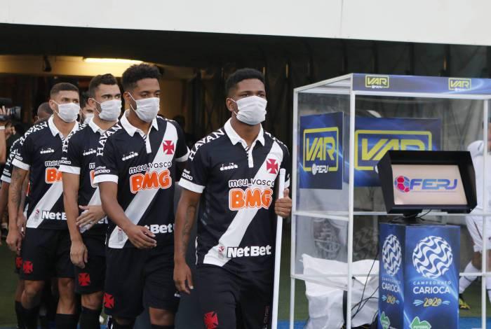 De máscara, jogadores do Vasco aderem a protesto no Maracanã