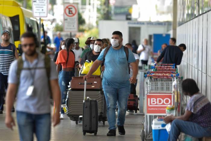 Passageiros usam máscaras no aeroporto Aeroporto Santos Dumont
