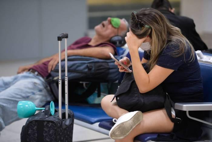 Passageiros usando máscaras no aeroporto Santos Dumont