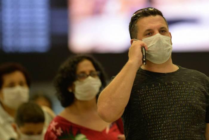 16/03/2020 - Rio de Janeiro - RJ - Coronavírus no Rio, na foto passageiros usando mascaras no aeroporto Santos Dumond  para se proteger do vírus,  Foto:Fabio Costa/Agencia O Dia
