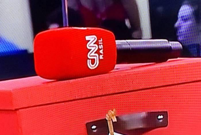 CNN Brasil estreia com microfone com erro de grafia
