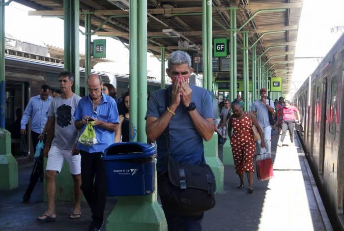 Rio tem primeiro dia de isolamento neste sábado. Estações de trens (foto) têm barreiras policiais e passageiros questionados sobre o destino