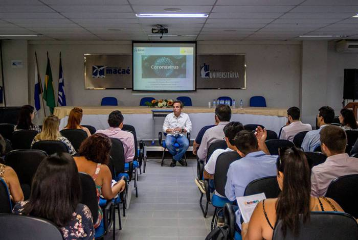 Prefeito de Macaé, Dr. Aluízio dos Santos, durante reunião com empresários sobre coronavírus