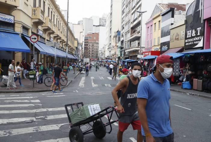 Medo do contágio: na Rua 25 de Março, que equivale à região da Saara em São Paulo, é comum ver pessoas circulando com máscaras