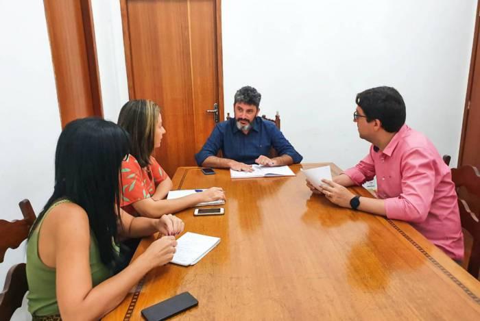 O secretário de Educação de Campos, Brand Arenari (ao centro), se reuniu com subsecretários para definir ações extras de combate ao coronavírus