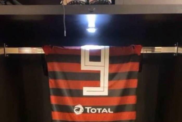 Gabriel Barbosa postou uma foto da sua camisa com o nome do ator