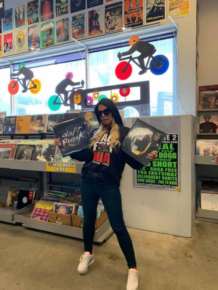 Taty Zatto na maior loja de discos do mundo