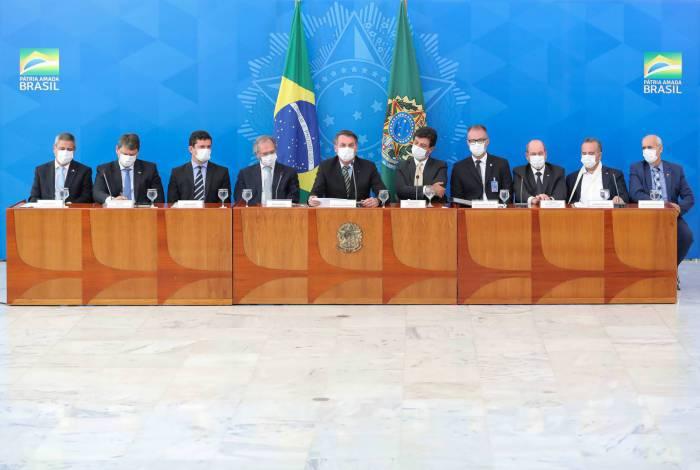 Bolsonaro estava acompanhado de seus principais ministros, entre eles Luiz Henrique Mandetta (Saúde), Paulo Guedes(Economia) e Sergio Moro (Justiça e Segurança Pública)