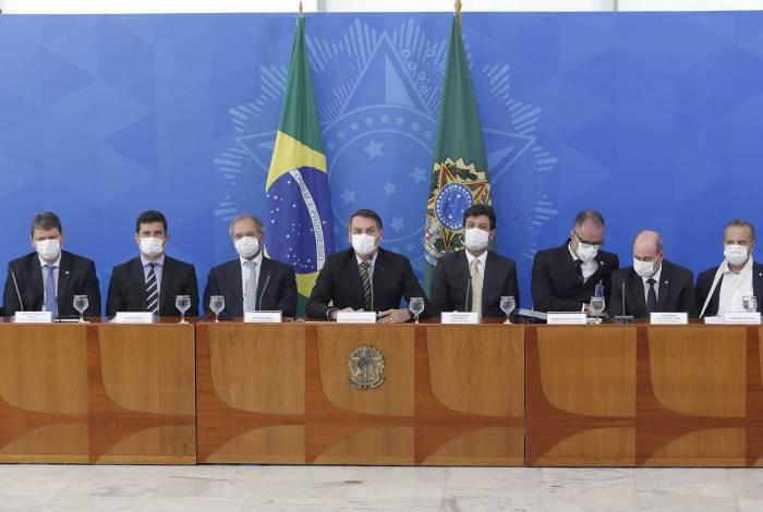 Bolsonaro e ministros fizeram coletiva de imprensa no Planalto usando máscaras descartáveis