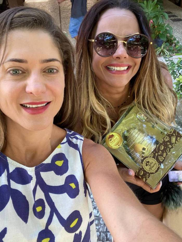 Viviane Araújo e a confeiteira Geane Beke