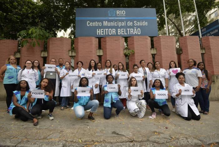 Profissionais do Centro de Saúde Heitor Beltrão, na Tijuca, pedem à população que fique em casa