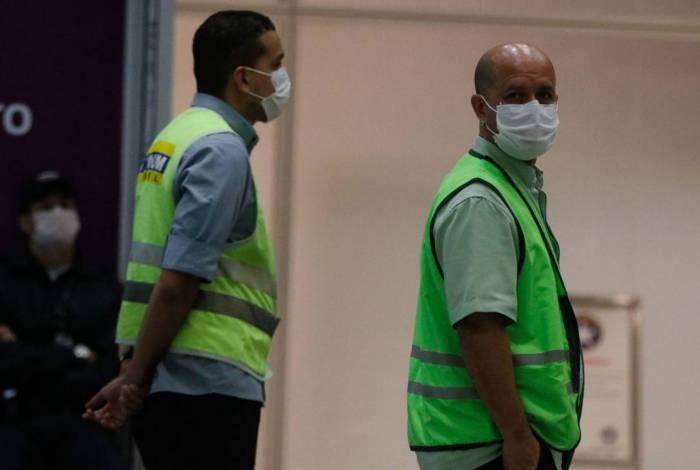 Pessoas se protegem do coronavírus com máscaras