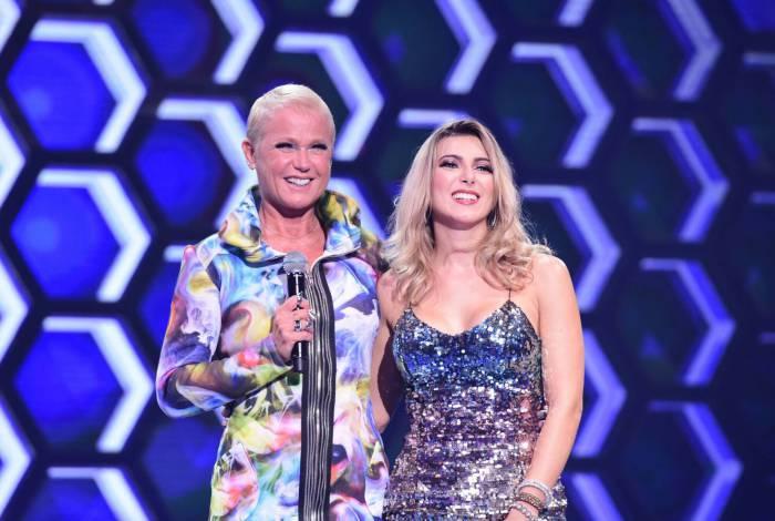 Xuxa ao lado de uma candidata no palco do 'The Four': mudança na grade da Record