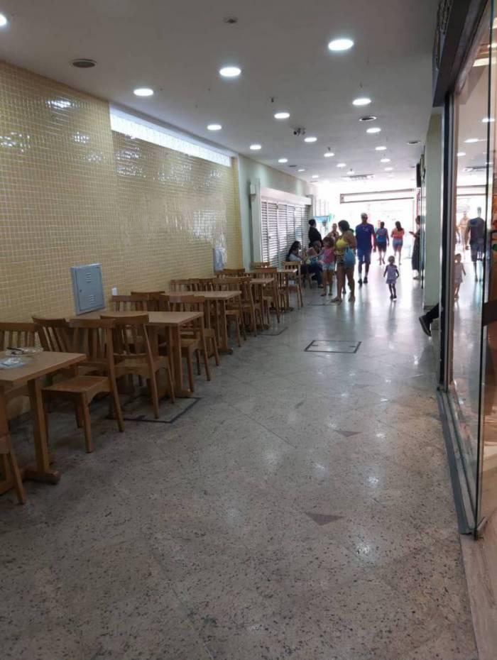 Ella Shopping tem horário reduzido. Poucas pessoas circulam no local