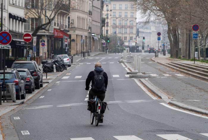 Homem pedala em Paris. Só com autorização se pode estar na rua